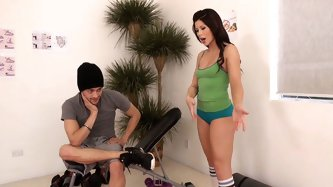 Voluptuous mommy works on her body doing yoga exercises while that motherfucker watching her. He asks Brooklyn about exercise techniques and finally s